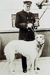 La fameuse photographie où Edward Smith pose avec un chien Titanic_dog1